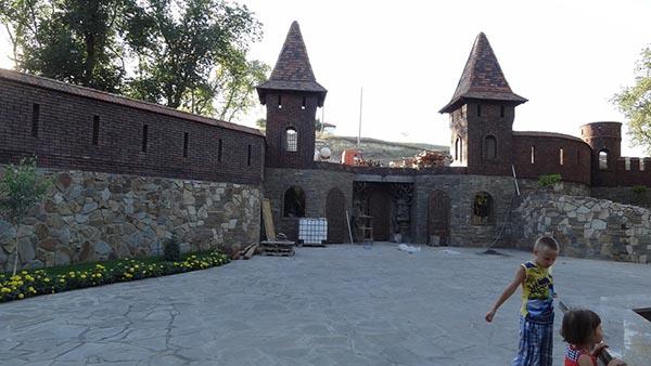 таинственные башни в парке Лога Старая Станица