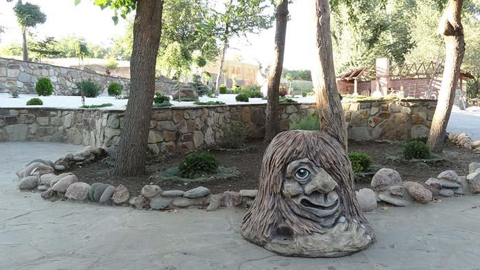 герои сказок вырезанные из дерева