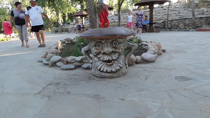 резные фигурки сказочных героев в парке Лога