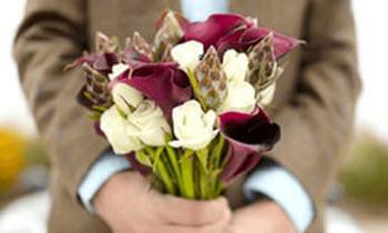 букет цветов в руках мужчины