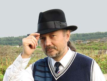 мужчина в шляпе выглядит солидно и стильно одновременно
