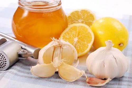 Народное средство лечения простуды мед с лимоном и чесноком