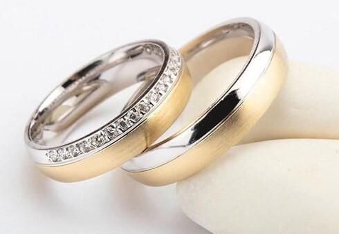 сочетание белого золота и камней - кольца для новобрачных